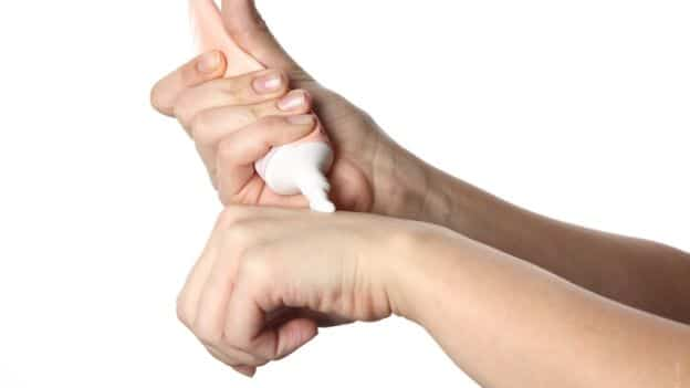 Medicina di psoriasi sui gomiti